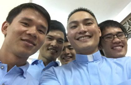 """Fr. Francis in a """"selfie"""" with students in Vietnam"""